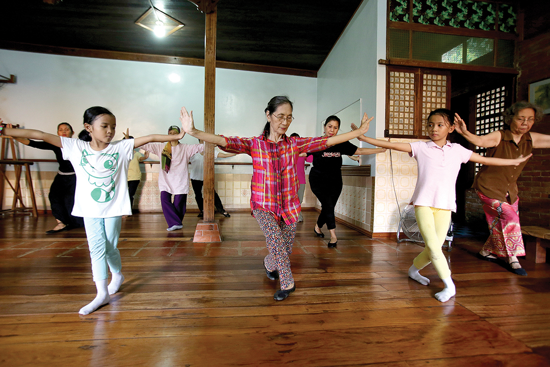 นางลิกายา เฟอร์นานโด อมิลบังซา (กลาง) สอนการฟ้อนรำพื้นเมืองปังอาเลย์จากจังหวัดซูลูในภาคใต้ของประเทศฟิลิปปินส์ที่เต็มไปด้วยความไม่สงบ ที่สตูดิโอภายในบ้านของเธอในกรุงมะนิลา [ภาพและเรื่องโดย ดิแอสโซซิเอทเต็ด เพรส]