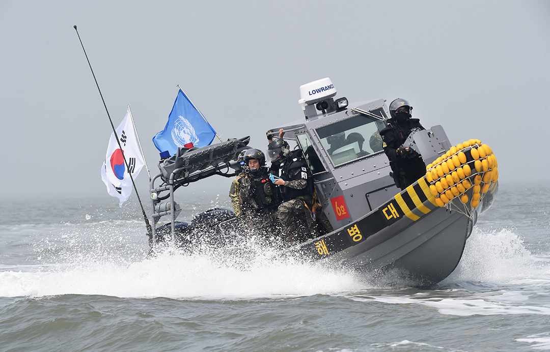 South Korea sends military boats to chase off Chinese fishermen