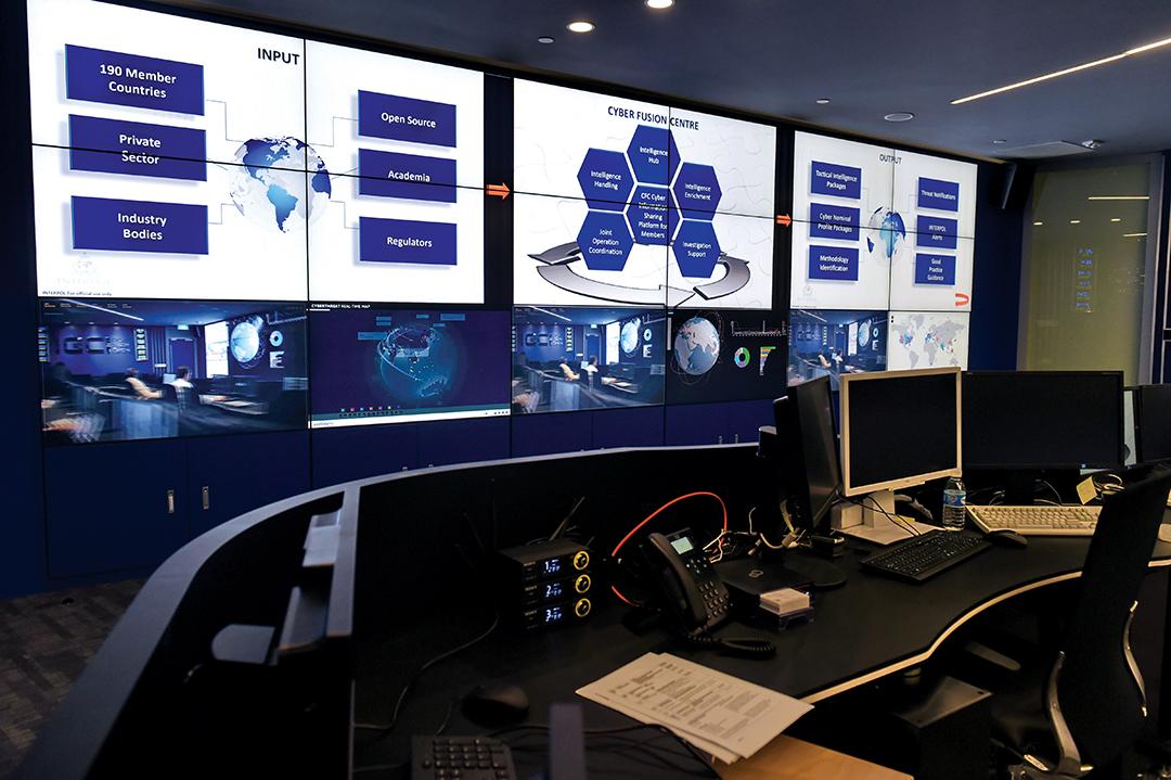 2015 년 4 월 싱가포르에서 열린 건물 개막식에서 바라본 인터폴 글로벌 혁신 단지 사이버 융합 센터의 내부 모습. AFP/GETTY IMAGES