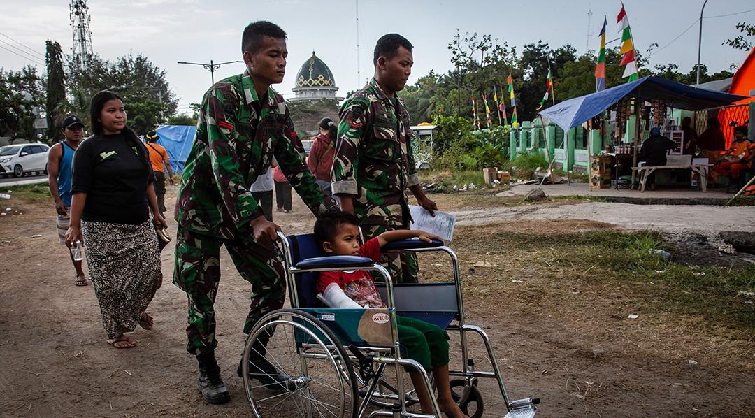 กองทัพอินโดนีเซียเข้าช่วยเหลือผู้ประสบภัยแผ่นดินไหวอย่างรวดเร็ว
