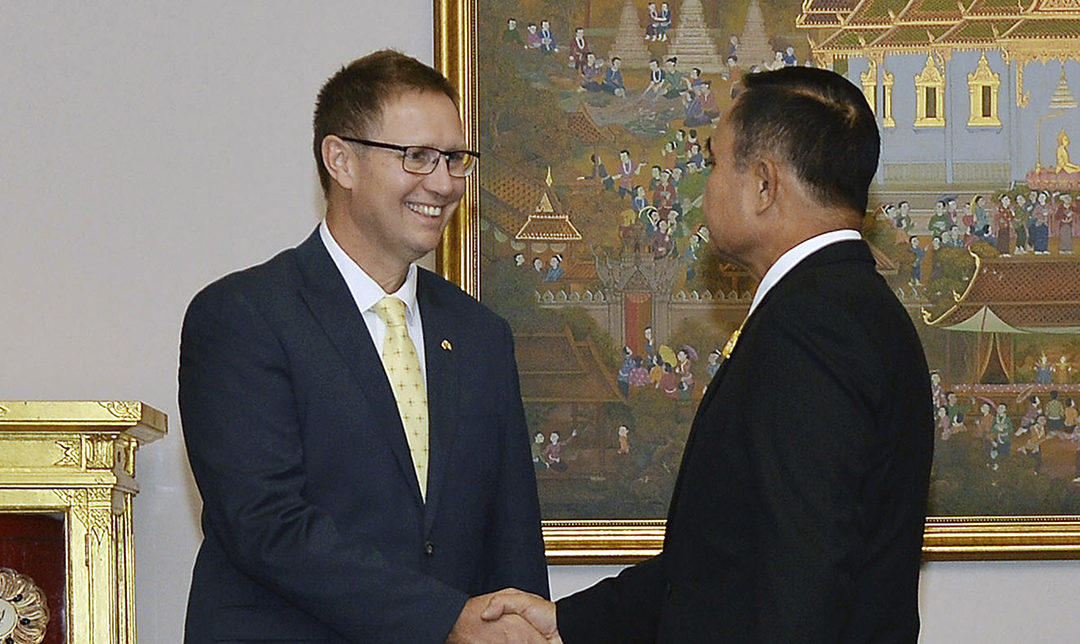 Thai royal honors bestowed on Australian doctors for cave rescue