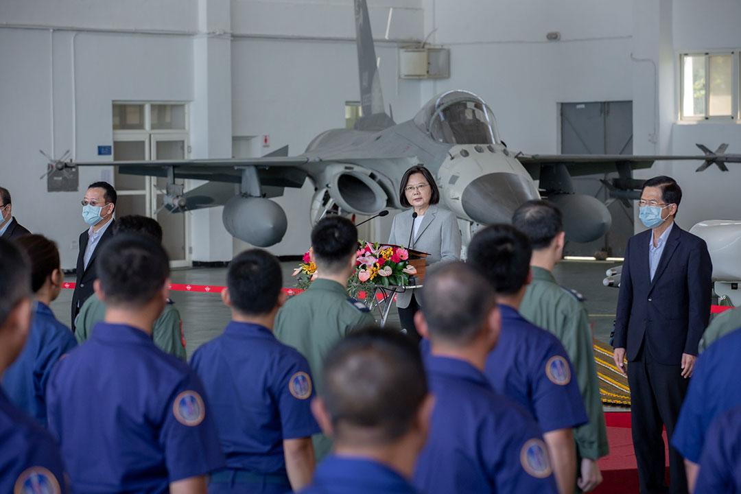 """ประธานาธิบดีไต้หวันยกย่องนักบิน """"ผู้กล้าหาญ"""" ที่สกัดกั้นเครื่องบินไอพ่นของกองทัพปลดปล่อยประชาชน"""