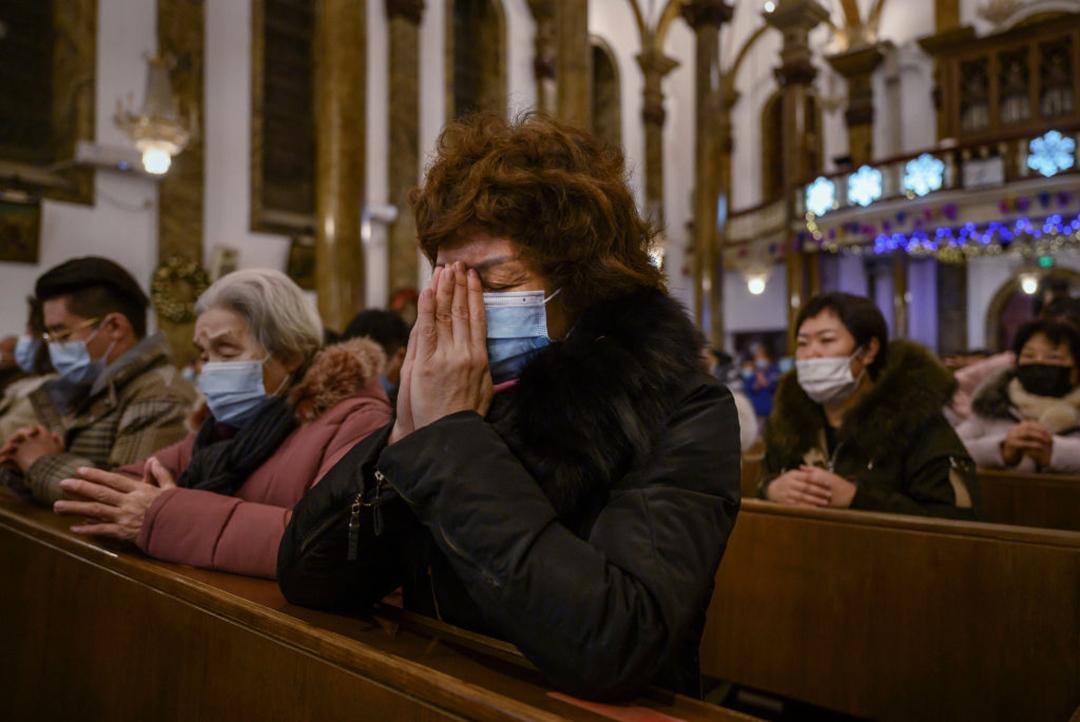 2020年12月、北京で開催されたクリスマスミサで祈りを捧げる中国のカトリック教徒等