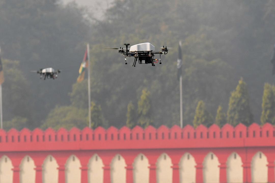 2021年1月15日にニューデリーで行われたインドの第73回陸軍記念日を祝う式典で、インド軍はドローンを飛ばして技術を披露した(PRAKASH SINGH/AFP via Getty Images)