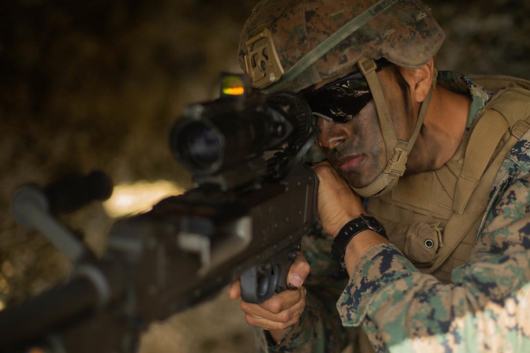 2021年3月13日、沖縄・伊江島で実施されたキャストアウェイ21.1演習で射撃区域を確認する米国海兵隊第3海兵師団・第8海兵連隊第3大隊の砲兵隊員、ジョセフ・ロペス上等兵(スコット・オーブション(SCOTT AUBUCHON)上等兵/米国海兵隊)