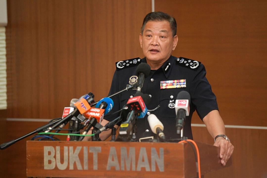 2021年3月、マレーシアのアブドゥル・ハミド・バドール(Abdul Hamid Bador)警察署長(称号:Tan Sri)が発表した一斉摘発では、逮捕者68人、1億円(100万米ドル)超に相当する資産の押収、41行の銀行口座凍結という成果に繋がっただけでなく、犯罪組織に関係している容疑でマレーシア人法執行官34人が逮捕されるというスキャンダルに発展した(AFP)