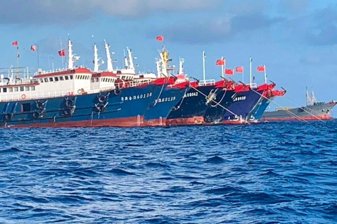 2021年3月27日、南シナ海の牛軛礁に停泊する中国船舶 / フィリピン沿岸警備隊[PCG]西フィリピン海担当国家対策本部[NTF-WPS]撮影[西フィリピン海は南シナ海のフィリピン名])