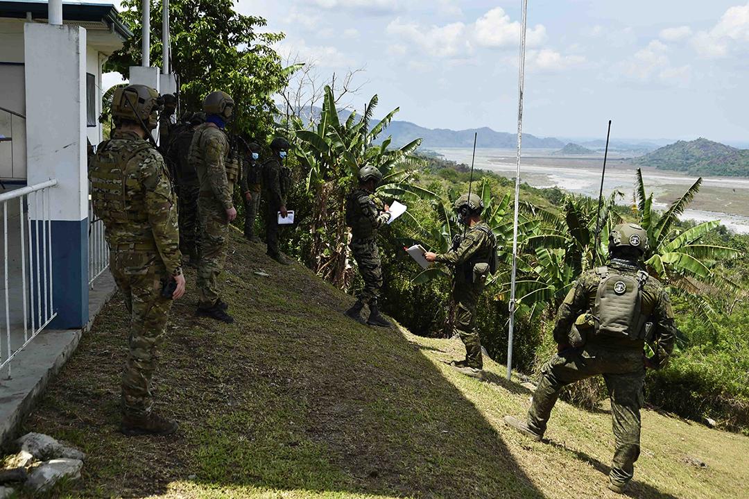 2021年4月に実施されたバリカタン演習の一環として、フィリピンのタルラック市に所在するエルネスト・ラヴィナ大佐空軍基地で近接航空支援(CAS)の模擬演習の準備を整えるフィリピン軍と米軍の空軍兵等(ケイリア・ベリー(KAYLEA BERRY)上等空兵/米国空軍)