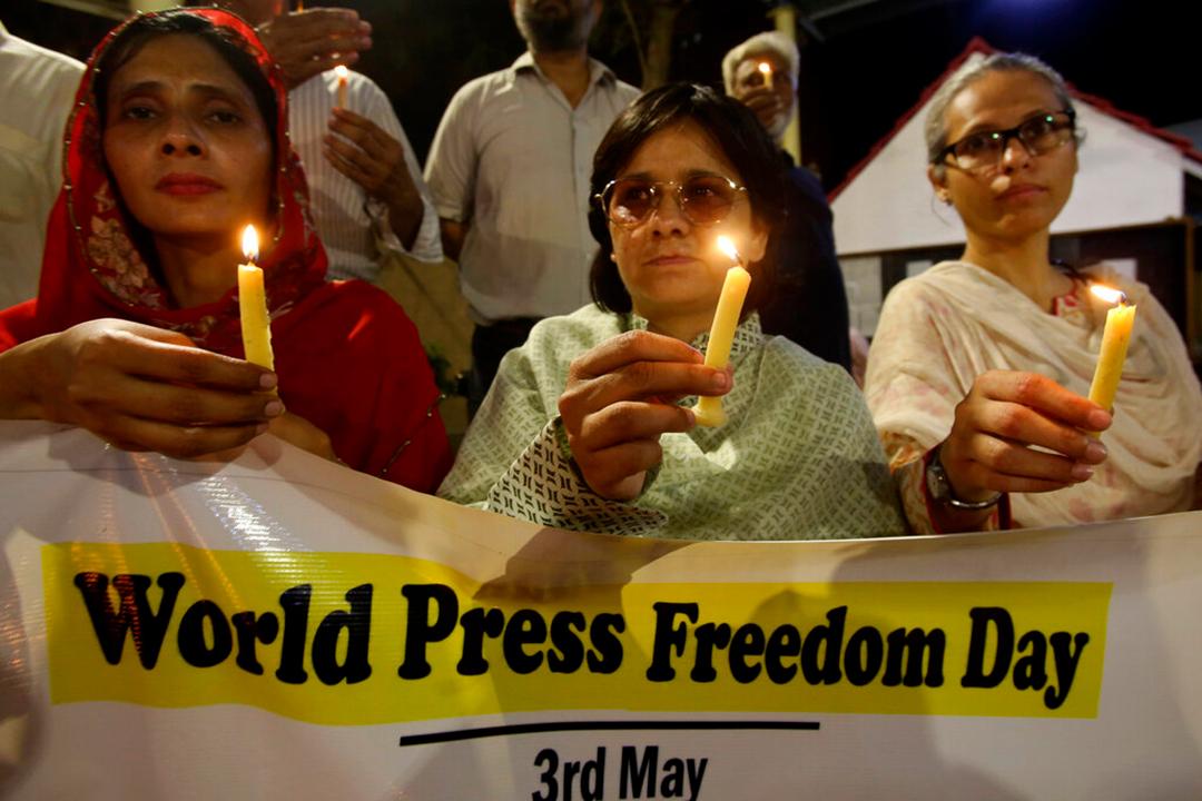 2019年5月3日、世界報道自由デーを記念してカラチで開催されたキャンドルビジルに参加するパキスタンのジャーナリスト等(AP通信社)