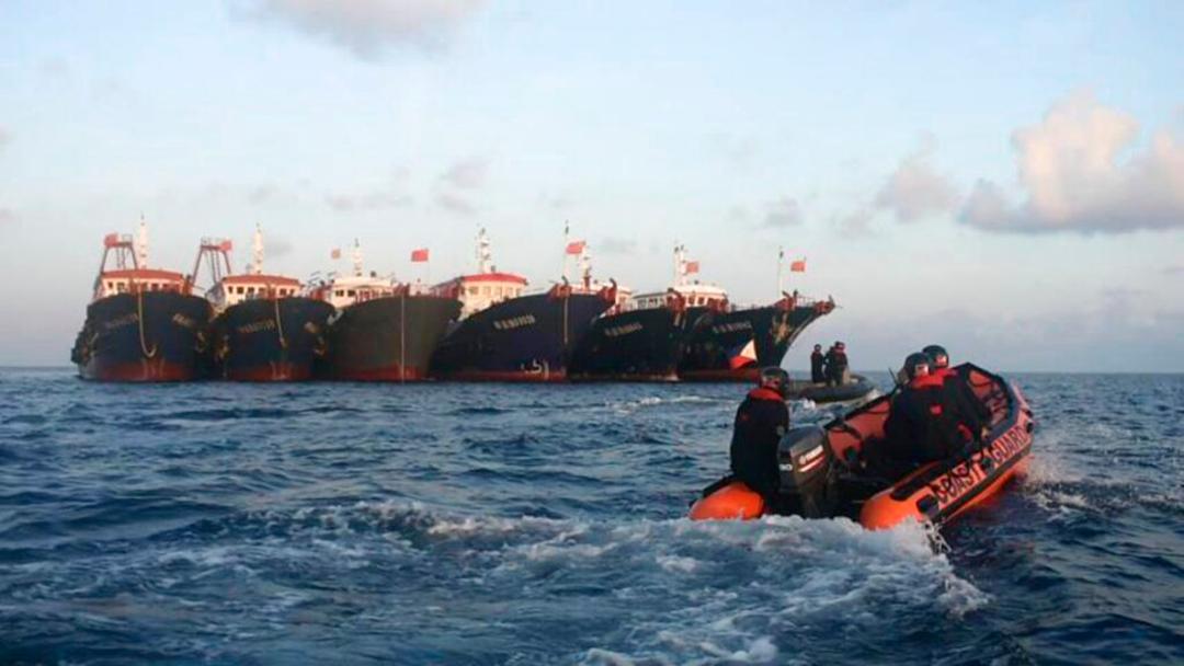 2021年4月14日、南シナ海の牛軛礁に結集した中国漁船団を監視するフィリピン沿岸警備隊[PCG]の船艇(AP)