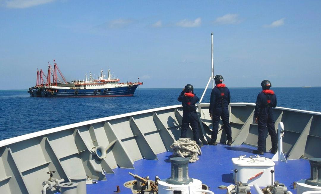 2021年4月下旬、南シナ海のサビナ礁で中国の海上民兵船の様子を伺うフィリピン沿岸警備隊[PCG](AP通信社)