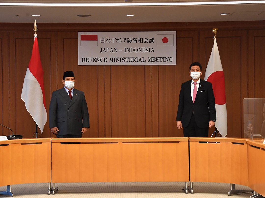 2021年3月28日に東京で行われた記者会見に臨むインドネシアのプラボウォ・スビアント国防相[左]と岸信夫防衛相(日本防衛省)