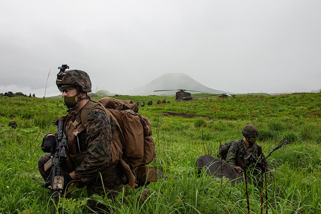 2021年5月、ARC21演習の一環として九州の霧島演習場で実施された模擬攻撃訓練で警備を行う自衛隊隊員と米国海兵隊隊員(ブリエンナ・タック(BRIENNA TUCK)上等兵/米国海兵隊)