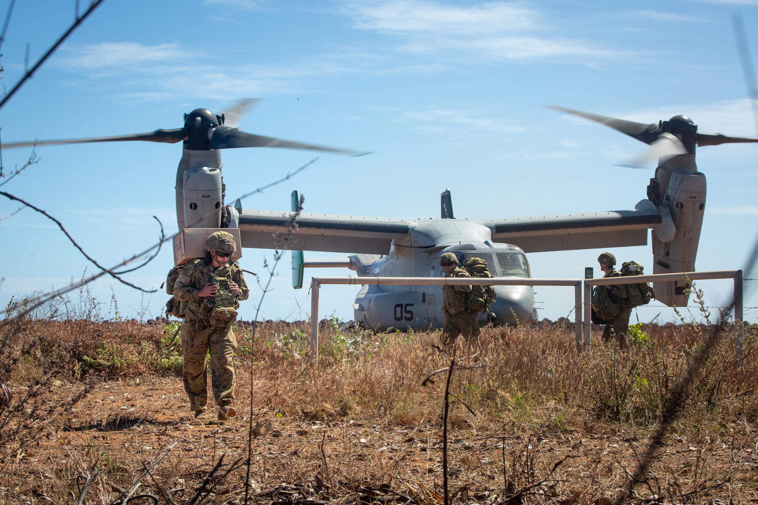 (写真:2021年5月に実施されたクロコダイル・レスポンス演習時、オーストラリアのポイント・フォーセットで米国海兵隊のティルトローター機「MV-22Bオスプレイ航空機」により輸送されたオーストラリア陸軍兵士等が降着場から離れる様子(ミシャ・ピアス(MICHA PIERCE)三等軍曹/米国海兵隊)