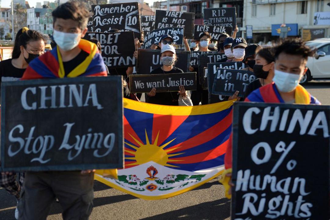2021年3月、インドのチェンナイで実施された抗議活動で、中国のチベット占領を非難するチベット学生協会の所属員等