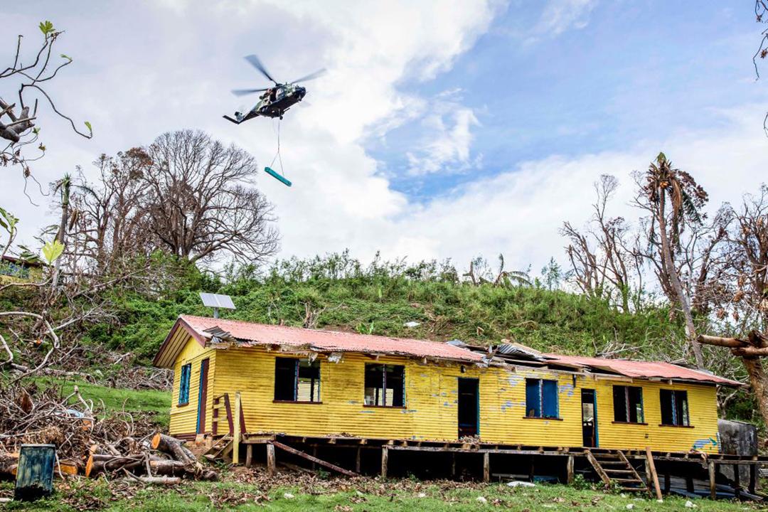 2020年12月、フィジーのガロア島を襲ったサイクロン「ヤサ」により倒壊した学校の再建のために物資を運搬するオーストラリア国防軍のヘリコプター