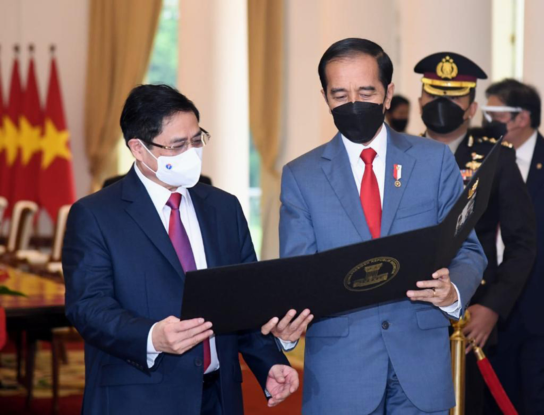 2021年4月、インドネシアのジャカルタで対面協議したベトナムのファム・ミン・チン首相[左]とインドネシアのジョコ・ウィドド大統領(インドネシア大統領府)