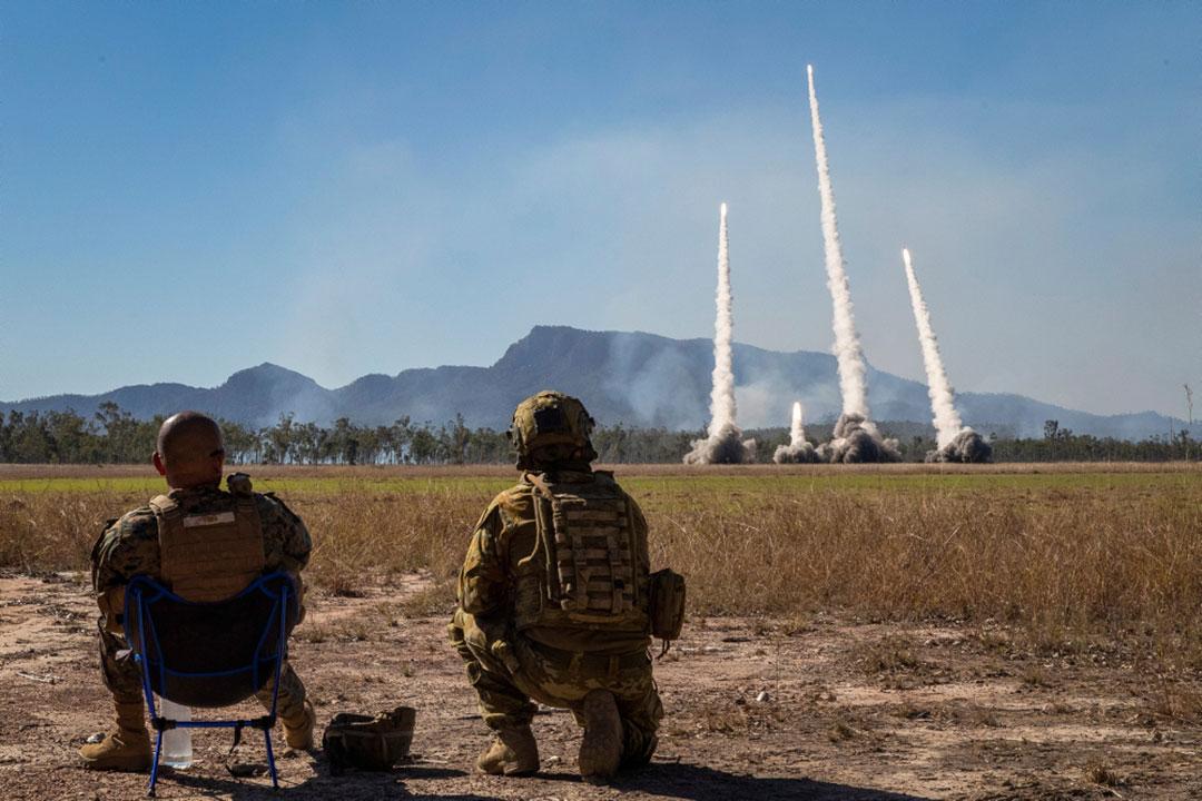 タリスマン・セーバー21演習においてオーストラリア・クイーンズランド州のショールウォーターベイ演習場で実施された米国海兵隊のM142高機動ロケット砲システム(HIMARS)実弾射撃演習を監視する米国海兵隊とオーストラリア陸軍砲兵隊の幹部等(オーストラリア国防軍)