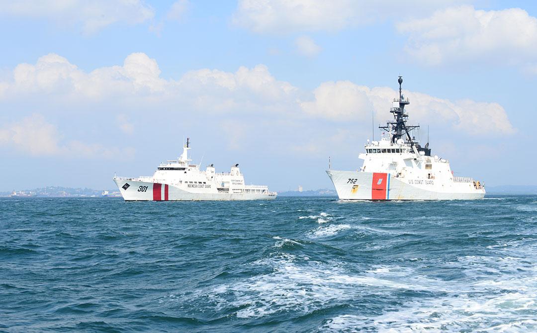 2019年8月、米国沿岸警備隊カッター[巡視船]「ストラットン[Stratton]」と共にシンガポール海峡を航行するインドネシア沿岸警備隊の哨戒艦艇「タンジュンダトゥ[KN Tanjung Datu][左](ラビ・リード(LEVI READ)一等兵曹/米国沿岸警備隊)