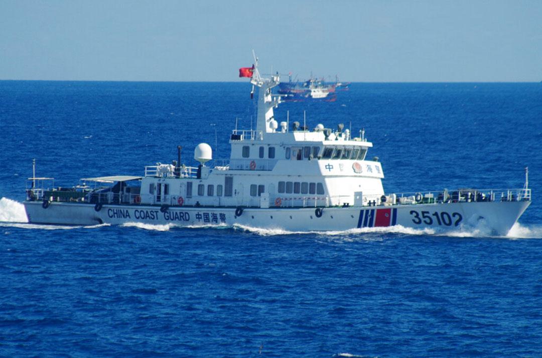 2016年8月に尖閣諸島付近を航行する中国海警局の船舶(AP通信社)