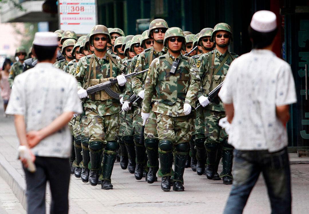 2009年7月、ウイグル騒乱が発生した後に新疆ウイグル自治区の首都ウルムチを警備する中国人民武装警察部隊(AP通信社)