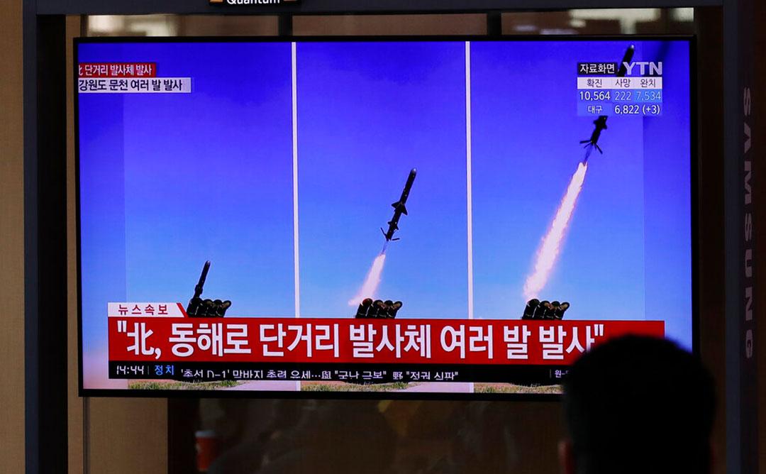 韓国ソウル駅で2020年4月に北朝鮮が発射したミサイルに関するニュースを見る通勤者(AP通信社)