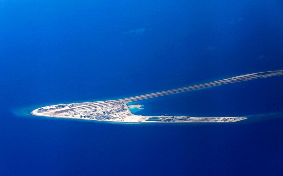 南シナ海のスビ礁に中国が建設した人工島の滑走路と他の軍事構造物(AP通信社)