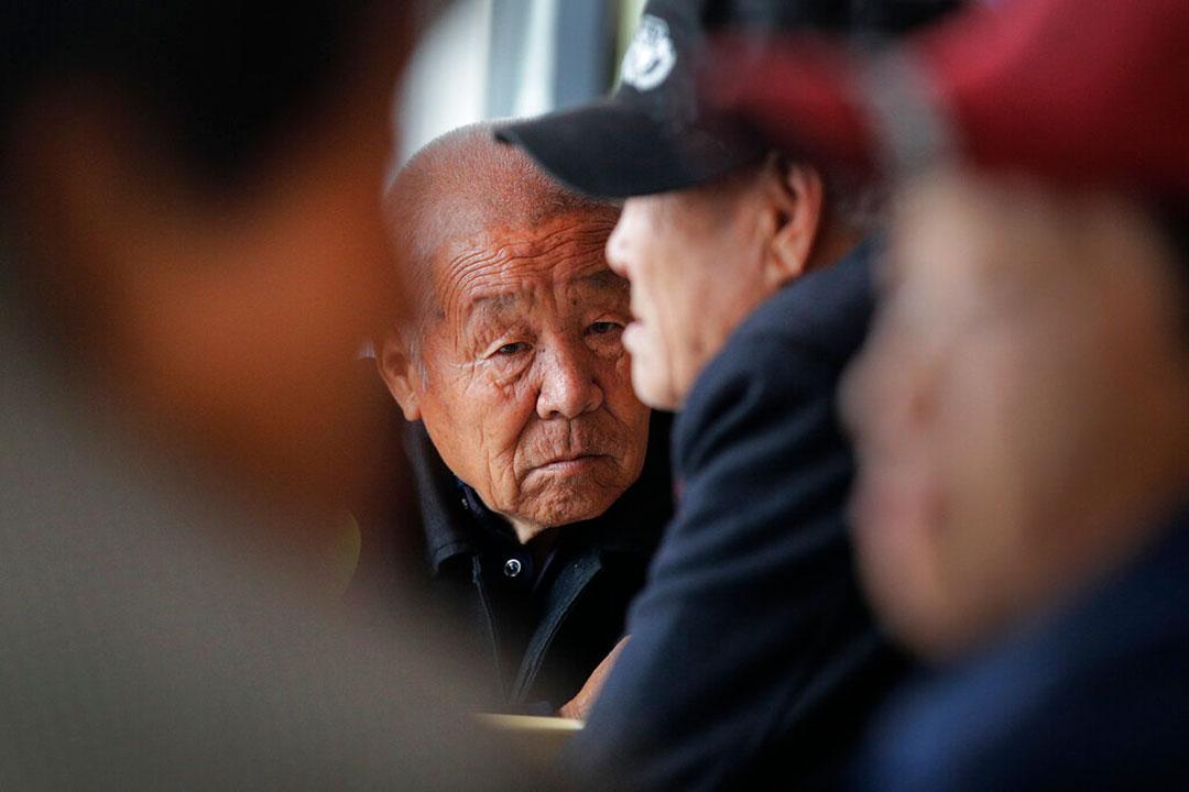 2021年5月、中国河北省・保定市定興県の慈善団体が運営する食堂で無料昼食が提供されるのを待つ高齢者(AP通信社)