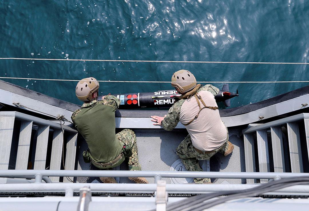 2018年にアラビア海で実施された英国軍との共同地雷対策演習時にソナー検出器を配備する米国海軍隊員等(ロイター)