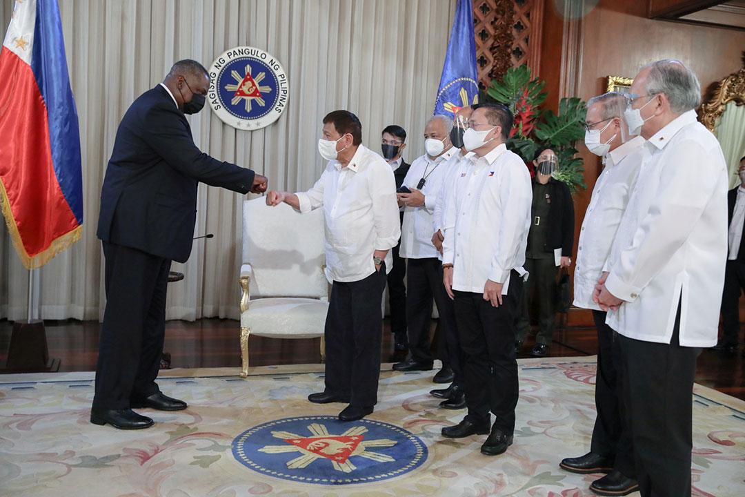 2021年7月、フィリピンのマニラでロドリゴ・ドゥテルテ比大統領と挨拶を交わすロイド・オースティン米国防長官