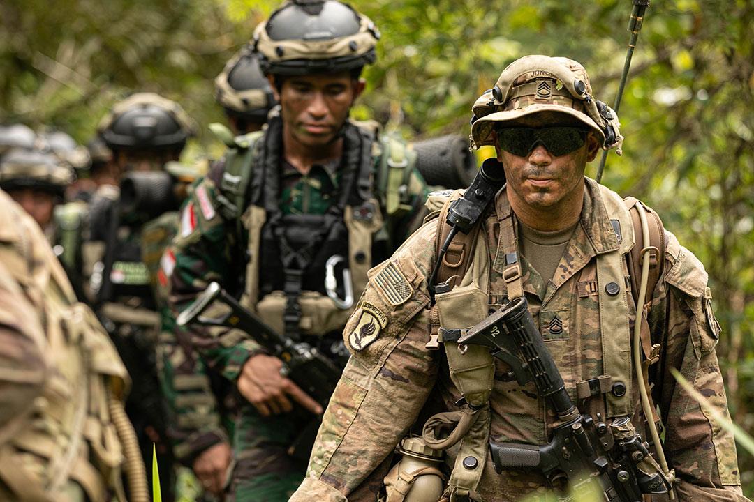 2021年8月、二国間軍事演習「ガルーダ・シールド2021」の一環として、インドネシアのバトゥラジャ演習場で実動訓練に従事するインドネシア国軍と米軍の兵士等レイチェル・クリステンセン特技兵(RACHEL CHRISTENSEN)/米国陸軍