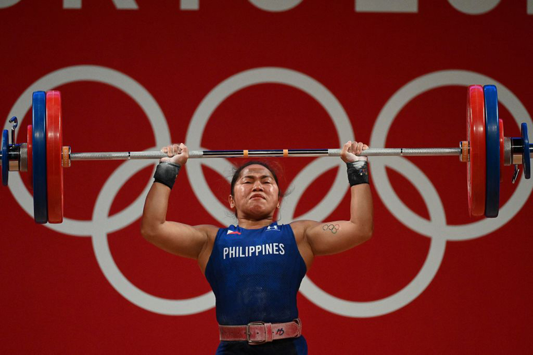 延期されて2021年に開催された「東京オリンピック2020」の女子重量挙げに出場したフィリピン空軍のヒディリン・ディアス三等軍曹(AFP/GETTY IMAGES)