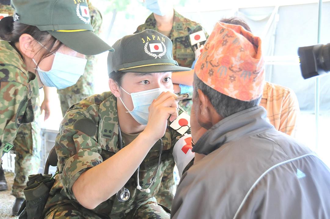 2015年、ネパール地震の被災者を援助する自衛隊員等(陸上自衛隊)