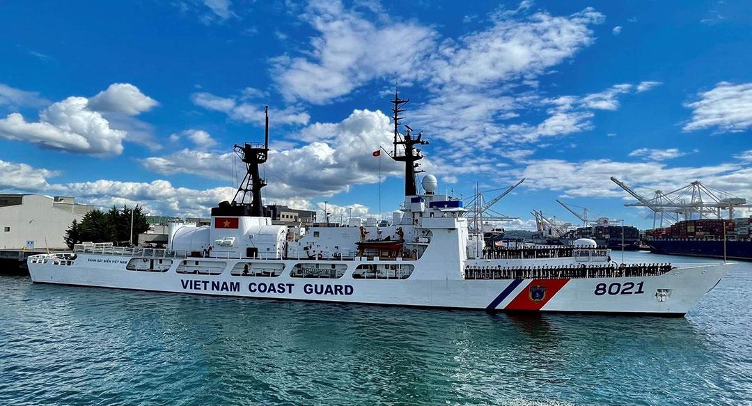 (写真:米国からベトナム海上警察に供与されたカッター。2021年6月1日、ワシントン州シアトルからの出航準備中(米国沿岸警備隊)