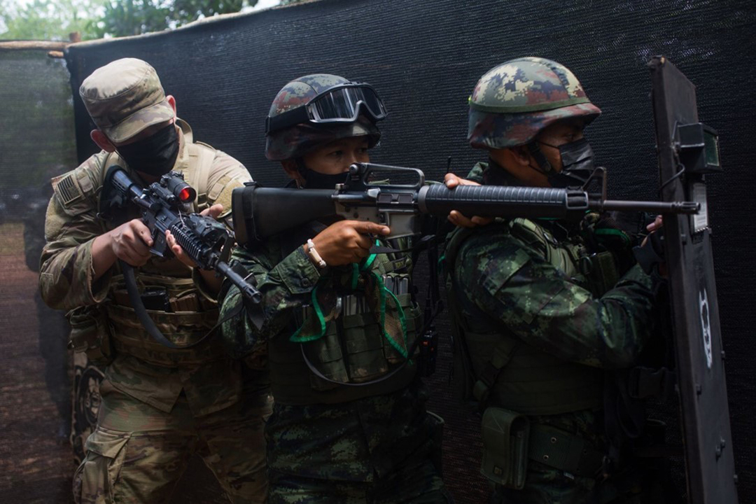2021年8月、タイのクラビー県で実施されたコブラ・ゴールド21演習の一環である近接格闘(CQC)訓練で戦闘準備を整えるタイ王国陸軍と米国陸軍の兵士等(デビッド・スタテン(DAVID STATEN)/米国海兵隊)