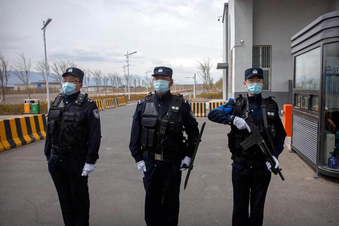 2021年4月のAP通信による1万人以上を収容できる新疆ウイグル自治区の「烏魯木齊市第三看守所(Urumqi No. 3)」という中国最大の収容所の外で警備任務に従事する警察官等(AP通信社)