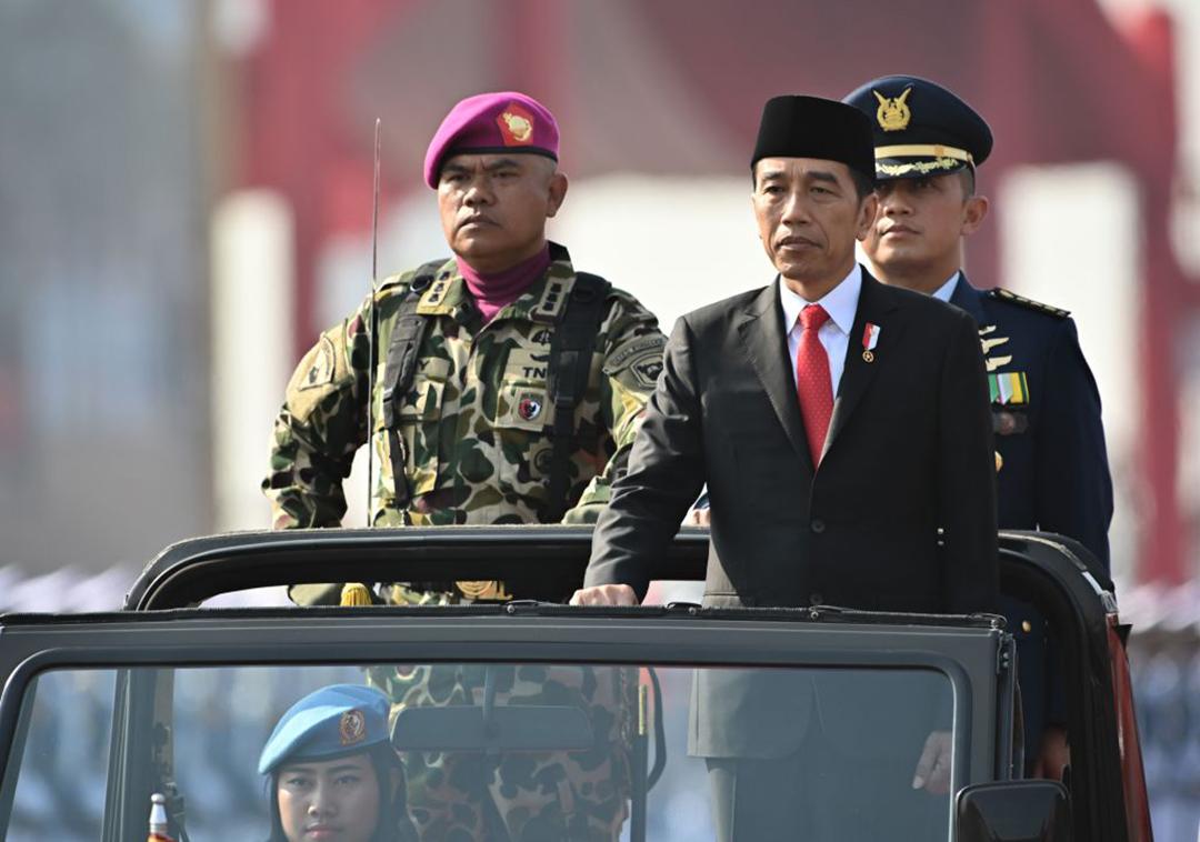 2019年10月にジャカルタで開催された国軍創設74周年記念式典で部隊の視察を行う、インドネシアのジョコ・ウィドド大統領(AFP/GETTY)