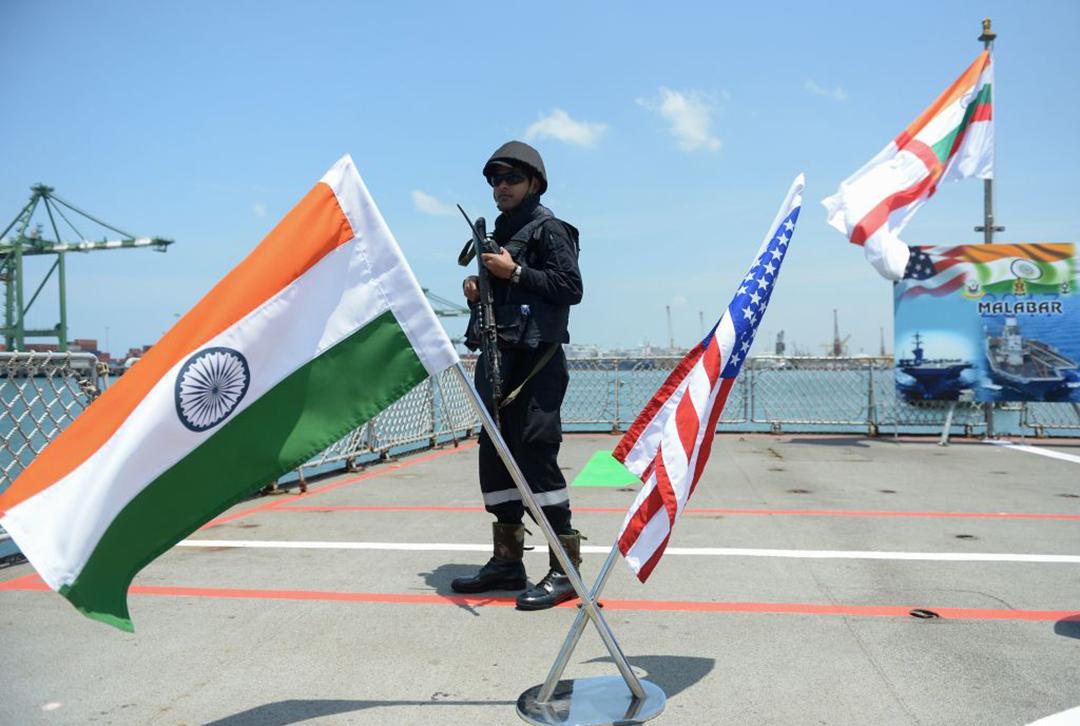 ベンガル湾で実施された2017年の演習時、フリゲート「シヴァリク」艦上で警備任務に従事するインド海軍水兵。シヴァリクはマラバール2021演習に参加している(AFP/GETTY IMAGES)