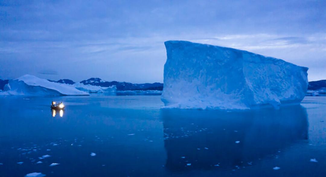 グリーンランド東部の氷山の横を通る船舶温暖な気温が氷を溶かすにつれて北極圏は新たな地政学的および経済的重要性を持つようになってきている(AP通信)