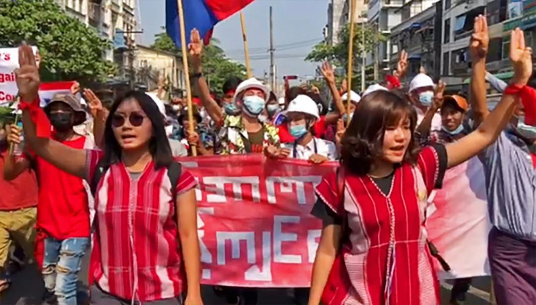 2021年2月の全国的なインターネットの遮断直前にミャンマー軍事クーデターに抗議するデモ参加者(AFP/GETTY IMAGES)