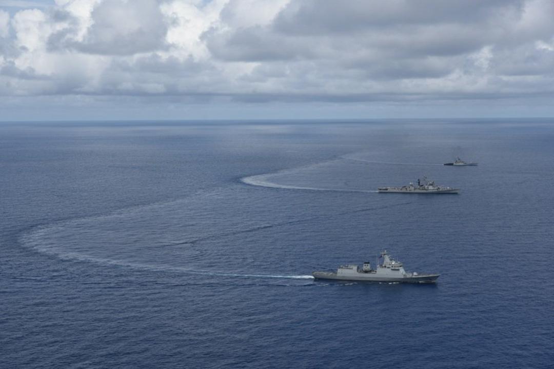 2021年8月23日に西フィリピン海で行われた海上パートナーシップ演習に参加するインド海軍艦艇INSランヴィジェイとINSコーラと共に航海するフィリピン海軍のフリゲート艦BRPアントニオ・ルナ[手前](インド海軍)